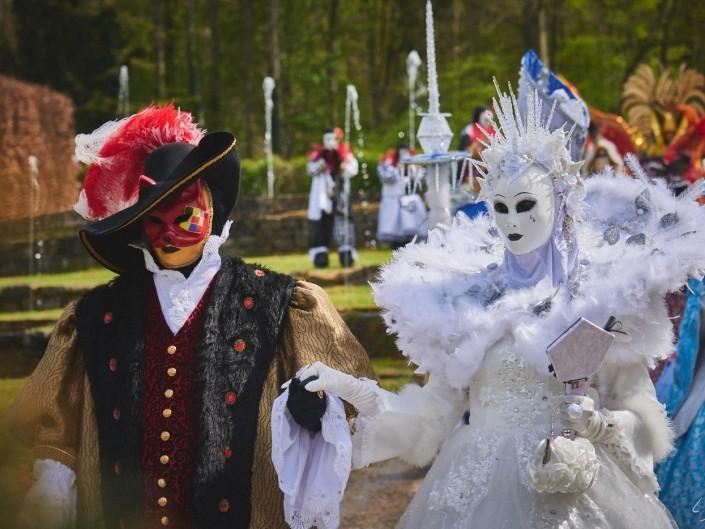Les costumes de Venie aux jardins d'annevoie 2017 – 112 mm – Les costumes de Venise aux jardins d annevoie 2017 NIKON D800E 112 mm 6.32042 – avr. 30 2017 – NIKON D800E