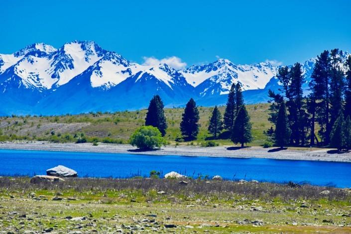 Montagne avec lac, neige et sapin. développement personnel et ouverture d'esprit